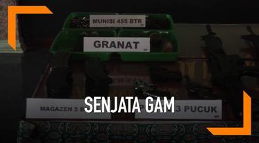 Mantan kombatan Gerakan Aceh Merdeka menyerahkan senjata kepada Tentara. TNI dan Polri menjamin keselamatan seluruh warga yang menyerahkan senjata tersebut.