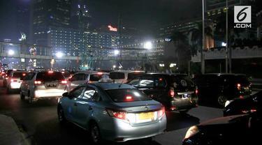 Pembongkaran jembatan penyebrangan orang atau JPO di kawasan Bundaran HI, Jakarta Pusat. sejak senin malam telah dilakukan.