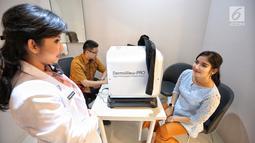 Pasien usai menjalani skin analyzer di RS EMC Poli Klinik Plastic Surgery & Aesthetic Center, Sentul, (3/9). Poli klinik ini dapat melakukan non Invasive: Laser Treatment (Tatto Removal all Colour, Vagina Tightening). (Liputan6.com/Faizal Fanani)