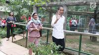 Presiden Joko Widodo menyapa pengunjung saat berlibur di Kebun Binatang Ragunan, Jakarta, Kamis (29/6). Mengisi libur Lebaran, Jokowi beserta keluarga memanfaatkannya untuk berlibur di kebun binatang beserta keluarga. (Liputan6.com/Angga Yuniar)