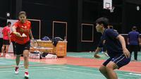 Ganda putri Indonesia, Greysia Polii dan Siti Fadia Silva Ramadhanti, berlatih bersama, Kamis (30/9/2021), jelang pertandingan perempat final Piala Sudirman 2021 yang digelar Jumat (1/10/2021). (Dok. PBSI)