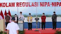 Presiden Joko Widodo (Jokowi) meresmikan pembangunan Kolam Regulasi Nipa-Nipa yang berada di Kabupaten Gowa dan Kabupaten Maros, Sulawesi Selatan (Sulsel) pada Kamis, 18 Maret 2021.