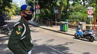 Pemain Persikabo, Dimas Drajad, kembali bertugas sebagai anggota TNI saat kompetisi sepak bola Indonesia terhenti karena pandemi COVID-19. (Bola.com/Permana Kusumadijaya)