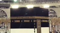 Umat muslim mengelilingi Kabah saat melakukan ibadah haji di Masjidil Haram, Mekah, Arab Saudi (28/8). Ibadah haji merupakan rukun Islam yang kelima, yang wajib dilakukan oleh umat muslim yang mampu. (AP Photo / Khalil Hamra)