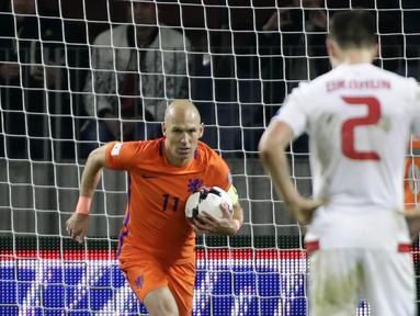Gelandang Belanda, Arjen Robben, merayakan gol yang dicetaknya ke gawang Belarusia pada laga kualifikasi Piala Dunia 2018 di Stadion Borisov Arena, Borisov, Sabtu (7/10/2017). Belarusia kalah 1-3 dari Belanda. (AP/Sergei Grits)