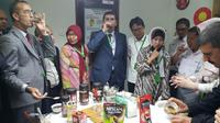 Gubernur Bouira dan Delegasi Aljazair mencicipi kelezatan kopi Lampung. (Dokumentasi Kemlu/Dit. Timteng)