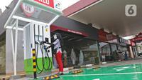 Petugas melakukan pengecekan mesin Stasiun SPKLU di SPBU Pertamina Fatmawati, Jakarta, Minggu (13/12/2020). SPKLU ini memiliki kemampuan fast charging 50 kW yang didukung berbagai tipe gun mobil listrik. (Liputan6.com/Herman Zakharia)