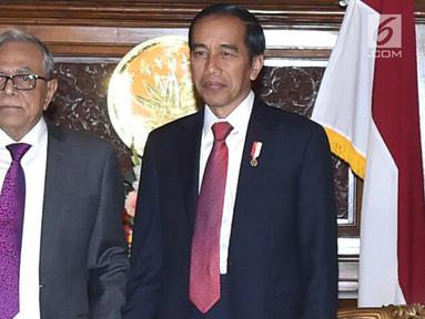 Presiden Joko Widodo berpose dengan Presiden Bangladesh Abdul Hamid saat melakukan pertemuan bilateral di Credential Hall, Bangabhan Presidential Palace (27/1). (Liputan6.com/Pool/Rusman Biro Pers Setpres)