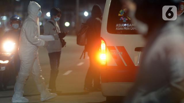 Petugas medis yang mengenakan alat pelindung diri berada di luar RS Darurat Wisma Atlet, Jakarta, Selasa (22/6/2021). Bertepatan dengan HUT ke-494 DKI Jakarta, ada peningkatan kasus COVID-19 yang sudah memasuki fase kritis. (merdeka.com/Imam Buhori)