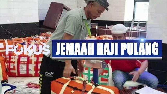 Jemaah haji menimbang koper bagasi agar sesuai peraturan jatah berat barang bawaan sebelum pulang ke Tanah Air.