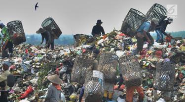 Warga bersama-sama mencari sampah plastik  yang akan dijual sebagai bahan daur ulang di  Tempat Pembuangan Akhir (TPA) Galuga, Bogor (20/5). Indonesia memproduksi sampah plastik sebanyak 175.000 ton per hari.  (Merdeka.com/Arie Basuki)