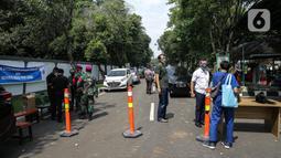 Petugas berjaga saat hari pertama pengoperasian Rs. Darurat Covid Asrama Haji Pondok Gede, Jakarta, Sabtu (10/7/2021). Rs. Darurat Covid Asrama Haji Pondok Gede akan mulai beroperasi pada Sabtu (10/7/2021) dengan daya tampung 900 tempat tidur isolasi, 50 ICU, dan 40 HCU. (Liputan6.com/Faizal Fanani)