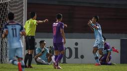 Pada menit ke-26, Malik Risaldi mampu memanfaatkan peluang didepan gawang Persik Kediri yang membuahkan gol bagi Persela Lamongan. (Bola.com/Bagaskara Lazuardi)