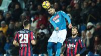 Bek Napoli, Elseid Hysaj, menyundul bola saat melawan Crotone pada laga Serie A Italia di Stadion Ezio Scida, Crotone, Jumat (29/12/2017). Crotone kalah 0-1 dari Napoli. (AFP/Carlo Hermann)