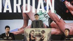 Atlet Martial Art Indonesia Stefer Rahardian saat konferensi pers ONE: Kings of Courage di Jakarta, Kamis (18/1). Pertandingan ini akan menampilkan para atlet bela diri campuran terbaik di Asia dan para juara dunia. (Liputan6.com/Faizal Fanani)