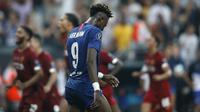 Penyerang Chelsea, Tammy Abraham tertenduk lesu usai gagal mengeksekusi tendangan penalti saat melawan Liverpool pada pertandingan Piala Super Eropa 2019 di Besiktas Park, di Istanbul (15/8/2019). Chelsea kalah lewat adu penalti atas Liverpool 5-4 (2-2). (AP Photo/Emrah Gurel)