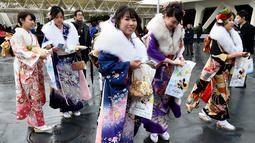 Sejumlah gadis Jepang berkumpul di salah satu taman hiburan merayakan Coming of Age Day, Senin (9/1).  Perayaan ini untuk menyambut datangnya kedewasaan bagi muda-mudi Jepang yang mulai menginjak usia 20 tahun. (AFP Photo/ TORU YAMANAKA)