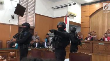 Suara ledakan menggegerkan sidang kasus terorisme dengan terdakwa Aman Abdurrahman. Ledakan terjadi sekitar pukul 09.10 WIB, tepatnya ketika pengacara Aman membacakan pledoi.