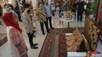 Calon Wali Kota Solo di Pilkada 2020 Gibran Rakabuming Raka Mengunjungi Museum Batik Danarhadi. (Foto:Fajar Abrori/Liputan6.com).