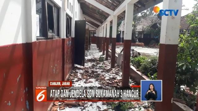 Akibat diterjang angin puting beliung, genteng dari atap gedung SD Negeri Sukamanah 3 di Desa Sindangasih, Karang Tengah, Cianjur, tampak hancur berantakan.