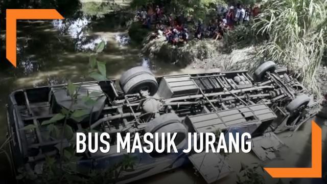 Bus Penumpang PO Sugeng Rahayu masuk ke dalam jurang sedalam 7 meter, akibatnya 2 penumpang tewas seketika. Bus tengah melaju membawa 15 orang penumpang sebelum masuk ke dalam jurang bus menabrak pagar pembatas jembatan