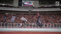 Suporter Persija, The Jakmania memenuhi tribun untuk memberi dukungan kepada tim kesayangan mereka saat menghadapi Persib dalam laga pekan kedelapan Shopee Liga 1 2019 di SUGBK, Jakarta, Rabu (10/7/2019). Pendukung Persib, Bobotoh, dilarang datang ke SUGBK. (Liputan6.com/Faizal Fanani)