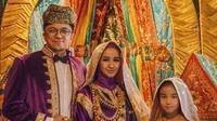 Laudya Cynthia Bella, Engku Emran serta anak perempuannya. (Instagram/melly_goeslaw)