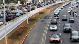 Mobil BMW i8 Roadster, i8 Coupe dan BMW i3s mengawal konvoi mobil listrik jelang jadwal pelaksanaan balap mobil listrik atau Formula E 2020 di kawasan Sudirman, Jakarta, Jumat (20/9/2019). Gubernur DKI Jakarta Anies Baswedan menaiki mobil listrik berjenis BMW i8 roadster. (Liputan6.com/Fery Pradolo)