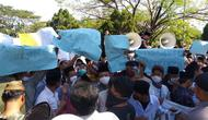 Ratusan santri Cirebon membentangkan spanduk aksi buntut ucapan anggota DPRD Kabupaten Cirebon yang dianggap menyakitkan hati. Foto (Liputan6.com / Panji Prayitno)