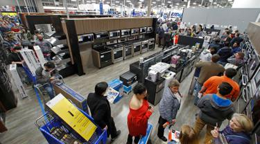 Sejumlah warga mencari barang elektronik saat perayaan Black Friday di toko Best Buy di Overland Park, Kansas, AS (22/11). Black Friday telah menjadi tradisi tahunan yang digelar sehari setelah perayaan Thanksgiving. (AP Photo/Charlie Riedel)