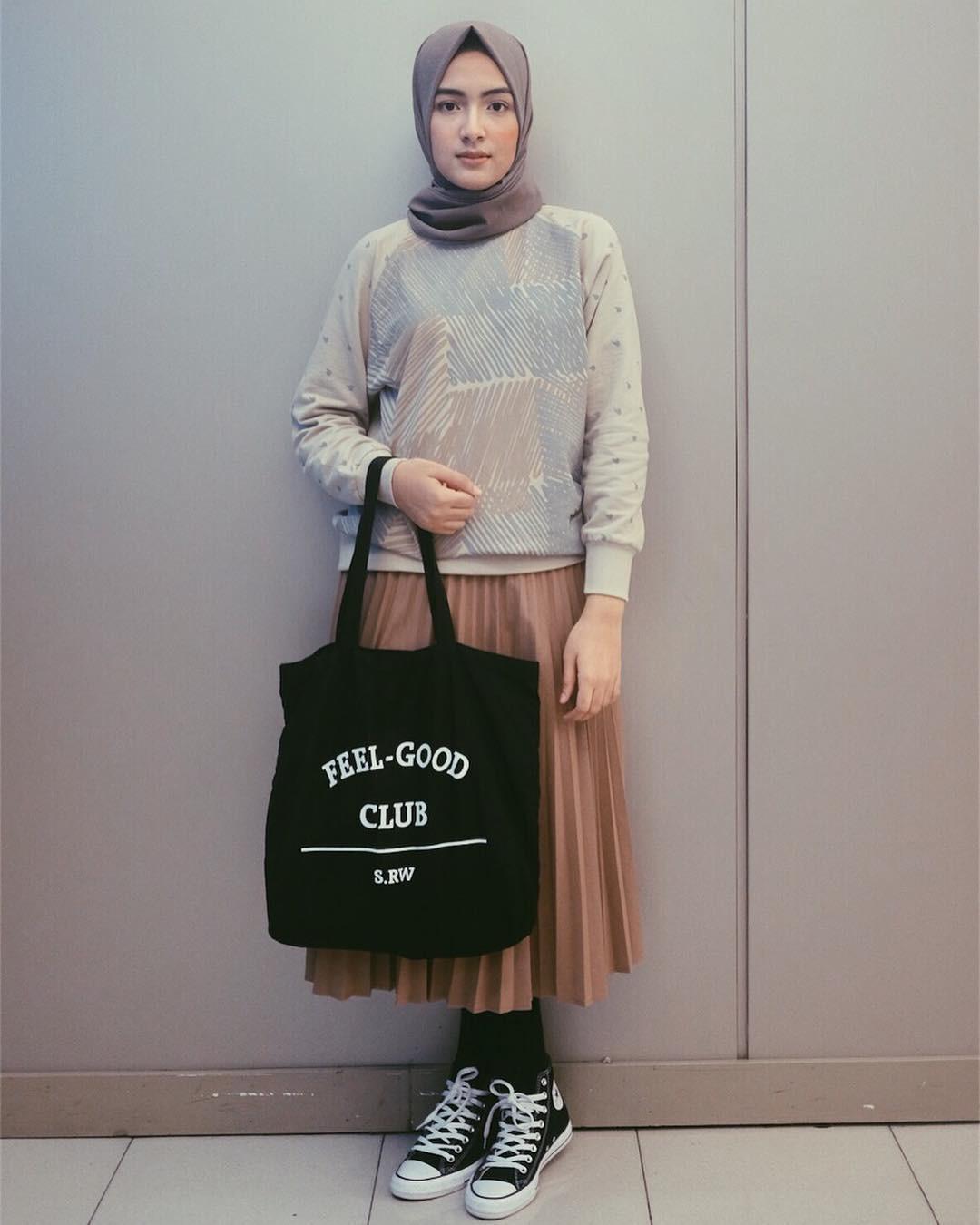 Pakai sweater kemudian padu padankan dengan pleats skirt dan pilih sneakers, hijab kamu makin trendi. (sumber foto: @bellattamimi/instagram)