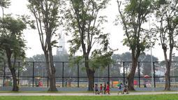 Anak-anak bermain di Lapangan Banteng, Jakarta, Selasa (3/7). Lapangan Banteng yang direvitalisasi sejak Mei 2017 kini terlihat Instagramable. (Liputan6.com/Immanuel Antonius)