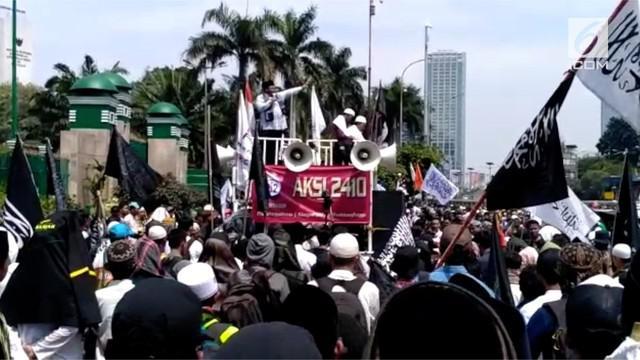 Alumni 212 dan organisasi masyarakat lain berkumpul di depan gedung DPR menolak Perppu Ormas.