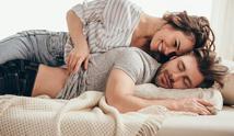 Supaya bulan puasa di bulan Ramadan-nya nggak batal, ini ada 5 trik aman bercinta yang harus dipahami suami-istri. (Ilustrasi: iStockphoto)