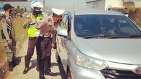 Personel gabungan memeriksa kendaraan yang keluar dari Gerbang Tol Cileunyi, Kabupaten Bandung, Sabtu (24/4/2021). Polresta Bandung mengarahkan kendaraan yang tidak melengkapi dokumen persyaratan perjalanan selama larangan mudik 2021. (Foto: Dok TMC Polresta Bandung)