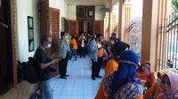 Puluhan orang yang mengaku sebagai member MeMiles menghadiri sidang putusan empat terdakwa anak buah bos Memiles Kamal Tarachand Mirchandani. (Foto: Liputan6.com/Dian Kurniawan)
