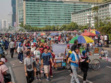 Warga dan pedagang kaki lima (PKL) memadati kawasan car free day (CFD), Bundaran HI, Jakarta, Minggu (4/8/2019). Kurangnya pengawasan petugas menyebabkan banyak PKL berjualan tidak pada tempat yang telah disediakan oleh Pemprov DKI Jakarta. (Liputan6.com/Faizal Fanani)