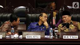 Ketua DPD La Nyalla Mahmud Mattalitti ( kanan) bersama wakil ketua DPD Nono Sampono (tengah) dan Sultan Bachtiar Najamudi (kiri) saat memimpin jalannya rapat paripurna di Gedung Nusantara, kompleks MPR/DPR, Senayan, Jakarta, Rabu (2/10/2019). (Liputan6.com/Johan Tallo)