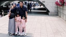 Beberapa waktu terakhir, Desta dan keluarga kecilnya ini bertandang ke Korea. Keharmonisan keluarga ini makin terlihat saat semuanya mengenakan pakaian yang senada. (Liputan6.com/IG/@natasharizkynew)