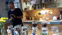 Demi belajar kopi bebas pahit, pemilik Klinik Kopi berjalan-jalan langsung menemui petani kopi. (Liputan6.com/Yanuar H)
