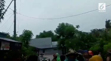 Sebuah rumah di Jeneponto, Sulawesi Selatan terseret arus banjir bandang. Warga yang melihat histeris ketakutan.