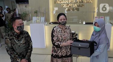 Ketua DPR Puan Maharani (tengah) secara simbolis memberikan bantuan ventilator dari pimpinan DPR kepada Bagian Pelayanan Kesehatan DPR RI, Jakarta, Selasa (16/6/2020). Bantuan tersebut untuk mengantisipasi jika ada pegawai atau anggota DPR yang teriindikasi COVID-19. (Liputan6.com/Johan Tallo)