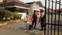 Pengetatan keamanan di Polres Tangerang pascateror bom di Surabaya. (Liputan6.com/Pramita Tristiawati)