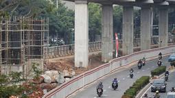 Kendaraan melintas di samping proyek LRT di Jl Rasuna Said, Jakarta, Rabu (1/8). Kereta ringan Jabodebek ini bakal melintasi Cibubur menuju Cawang, Bekasi Timur menuju Cawang, dan Cawang menuju Dukuh Atas. (Liputan6.com/Faizal Fanani)