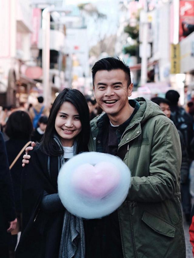 [Bintang] Intip Kemesraan Dion Wiyoko dan Kekasihnya