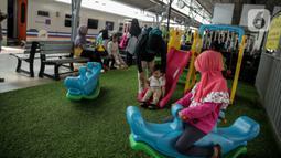 Anak-anak bermain di Stasiun Senen, Jakarta, Senin (30/12/2019). PT KAI Daop 1 Jakarta juga menyediakan Taman Bermain Ramah Anak kepada para penumpang yang membawa anak saat menunggu keberangkatan kereta. (Liputan6.com/Faizal Fanani)