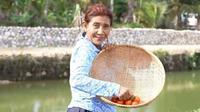 Susi Pudjiastuti asyik panen buah dan sayuran di kebunnya (dok.instagram/@susipudjiastuti/https://www.instagram.com/p/CT5_JKWptZA/Komarudin)