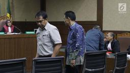 Para terdakwa kasus dugaan suap terkait pencemaran limbah sawit, Edy Rosada (kedua kiri) dan Arisavanah saat sidang putusan di Pengadilan Tipikor, Jakarta, Rabu (3/7/2019). Edy Rosada dan Arisavanah dijatuhi hukuman empat tahun penjara, denda Rp200 juta . (Liputan6.com/Helmi Fithriansyah)