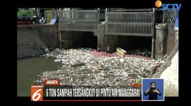 Sampah didominasi ranting pohon, bambu dan juga sampah rumah tangga.