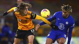 Pemain Wolverhampton Wanderers, Fabio Silva, berebut bola dengan pemain Chelsea, Reece James, pada laga Liga Inggris di Stadion Molineux, Rabu (16/12/2020). Chelsea tumbang dengan skor 2-1. (Michael Steele/Pool via AP)